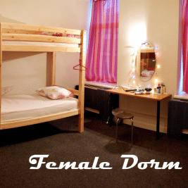 mujer sola dormir hostal
